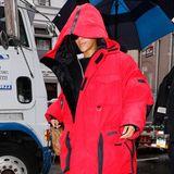 Wer versteckt sich denn hier unter seiner XXL-Daunenjacke in Knallrot? Sängerin Rihanna ist mit ihrem Look vor Wind und Wetter geschützt.