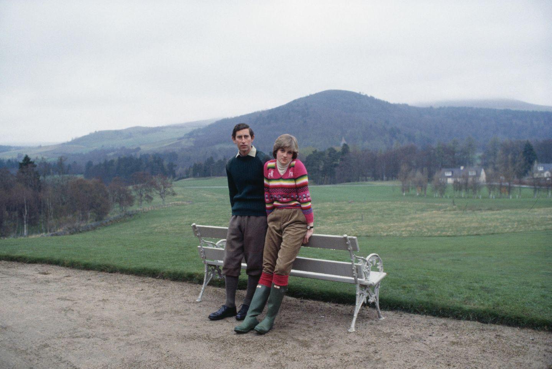 Gummistiefel sind nichts für Prinzessinnen? Falsch gedacht: Auch Lady war Fan des britischen Kultlabels und präsentierte hier zusammen mit Prinz Charles ihre Stiefel in Schlammgrün.