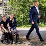 27. Mai 2020  Gut gelaunt schreitet König Willem-Alexander über den Dorfplatz von Overschild in der Gemeinde Groningen. Das Dorf Overschild und auch Siddeburen sind stark von Erdbeben betroffen, viele Häuser müssen abgerissen werden. Willem-Alexander informiert sich über den Neuaufbau und wie die Gemeinden weiter unterstützt werden können.
