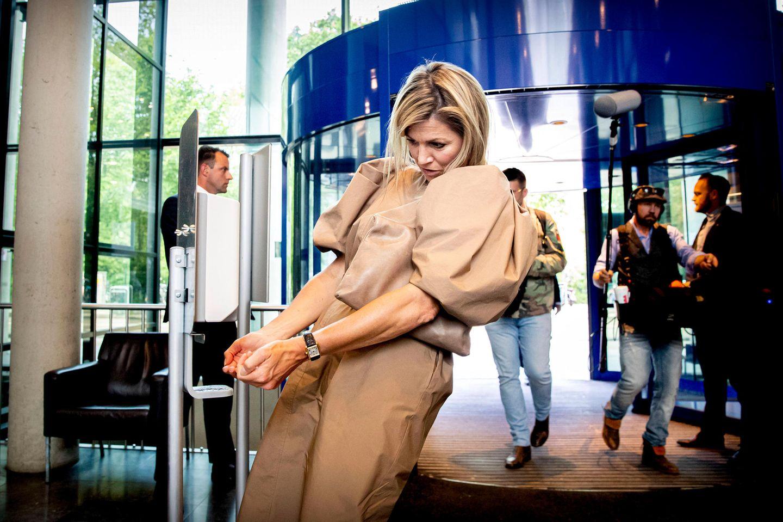 26. Mai 2020  Im Rahmen der Covid-19-Bekämpfung besucht Königin Máxima das OLVG-Krankenhaus in Amsterdam, um sich über die Digitalisierung der Krankenhausversorgung zu informieren. Vorschriftsmäßig will sie ihre Hände desinfizieren, was ein guter Vorsatz ist, aber irgendwie kommt aus dem Spender nichts heraus...