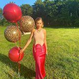 Ein verruchter Blick und Luftballons in Knallrot und in Leoparden-Optik: Rita Ora schmeißt laut Instagram eine Outdoor-Party, auf der sie allerdings nur alleine feiert. Ihr Partylook ist jedoch ein wenig fragwürdig: Gehört das Oberteil nicht eigentlich an halterlose Strümpfe? Die Sängerin kombiniert es stattdessen mit einem Rock. Naja, wer weiß schon wie der Dresscode ihrer Party lautete...
