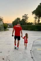 27. Mai 2020  Wenn wichtiger Besuch kommt, kann man das Training auch schon mal unterbrechen. Lukas Podolski wird von seiner kleinen Tochter Maya beim Training überrascht. Sie istsein größter Fan,trägt sie doch ein Trikot mit seinem Namen und seiner Rückennummer. Da werden die Verantwortlichen seines Vereins Antalyaspor sicher ein Auge zudrücken.