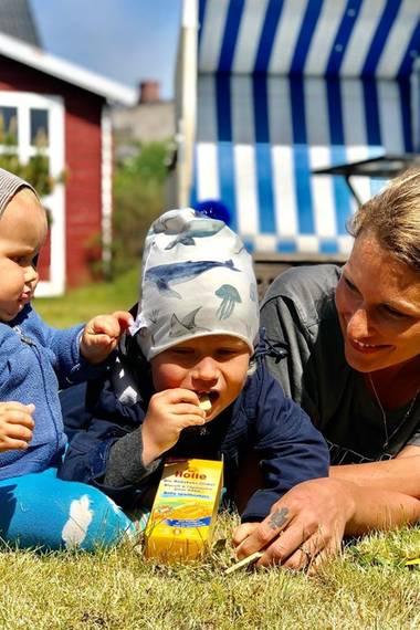 27. Mai 2020  ... schließlich gibt sie aber doch nach und ihr Bruder Emil-Ocean darf auch zugreifen. Passend zum Aufenthaltsort trägt Emil-Ocean eine Mütze mit Meerestier-Motiven drauf.