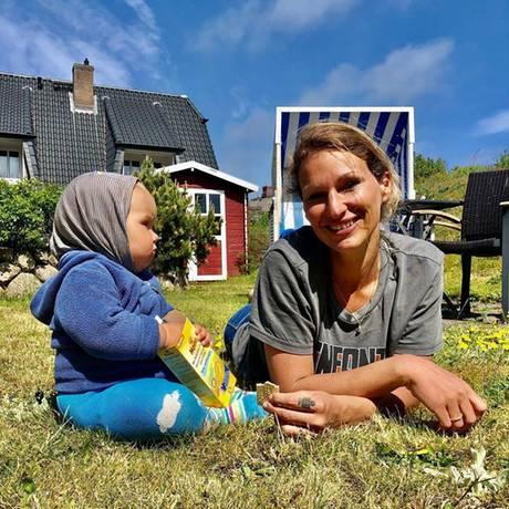 28. Mai 2020  Bestes Wetter auf Sylt, die Sonne lacht,Janni Hönscheid auch.Nur Tochter Yoko macht ein grimmiges Gesicht. Das sind ihre Kekse, und die müssen verteidigt werden...