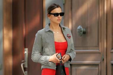 Entschlossenen Schrittes spaziert Irina Shayk durch die StraßenNew Yorks. Ein mutiger Look: Denn das rotfarbene Mini-Kleid lässt nicht viel Raum für Fantasie. Dazu kombiniert das Topmodel schwarze, derbe Boots und eine kurze Jacke mit Hahnentrittmuster. Die Rückansicht ihres Outfits lässt sich ebenfalls sehen...