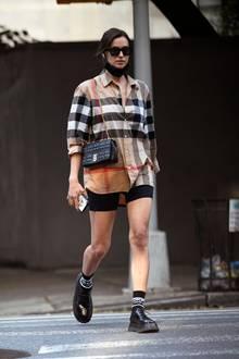 In einem Signature-Look des Luxuslabels Burberry gekleidet, zeigt sich Irina Shayk in New York. Lediglich die Radler-Shorts stammt von dem Label Calzediona.