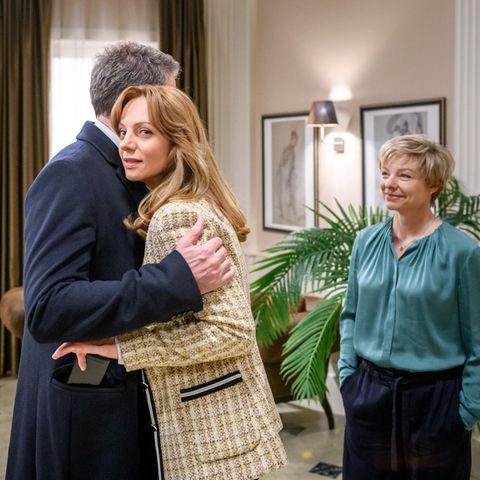 Christoph (Dieter Bach, l.) und Linda (Julia Grimpe, r.) bemerken nicht, dass Ariane (Viola Wedekind, M.) etwas im Schilde führt.