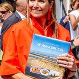 """28. Mai 2020  Gut gelaunt nimmt sie ihr Präsent entgegen, ein Kochbuch mit dem Titel """"Der Geschmack von Texel"""" mit Rezepten aus der Inselküche."""