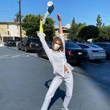 """28. Mai 2020  Am 16. Mai 2020 lässt Kai Gerber ihre Fans auf Instagram wissen, dass sie sich das Handgelenk """"bei einem kleinen Unfall"""" gebrochen hat. Jetzt ist sie glücklich, dass der Gips, der bis über den Ellenbogen ging, endlich entfernt wurde. In Siegespose steht sie auf einem Parkplatz, hält den Gips hoch und freut sich auf Instagram, dass """"sie endlich ihren Ellenbogen wieder zurück hat!"""" Bis alles verheilt ist, trägt sie einen Verband."""