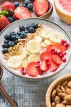 gesunde Snacks, Fruit-Bowl, Joghurt mit Früchten und Nüssen