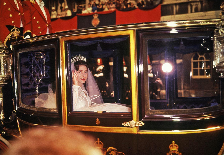 """Prinzessin Margaret,† 72, sorgte zu ihren Lebzeiten für Aufsehen innerhalb der britischen Königsfamilie. Auch ihr liebstes Diadem ist ein Ausdruck ihrer """"Ungehorsamkeit"""": Die sogenannte """"Poltimore Tiara"""" ersteigerte Prinzessin Margaret laut der """"Vogue"""" im Jahr 1959 für 5500 Pfund. Damit habe die damals 29-Jährige ein Zeichen gesetzt, da sie ebenso gut Kronjuwelen hätte tragen können, doch sie sich scheinbar mit etwas Eigenem schmücken wollte. Bei ihrerHochzeit mit Antony Armstrong-Jones im Jahr 1960 krönte das wunderschöne Diadem, das1870 von""""House of Garrard"""" kreiert wurde,Margarets Haupt."""
