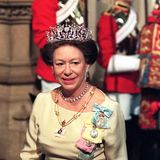 DasSchmuckstück, das unzähligein Silber und Gold gefasste Altschliff-Diamanten in floraler Form anordnet, bekam auch deshalb einen ikonischen Charakter, weil Margaret sich nur damit bekleidetin der Badewanne von ihrem Ehemann ablichten ließ. Beiöffentlichen Auftritten sollte die Tiara die jüngste Schwester von Queen Elizabeth zudem noch viele Jahre begleiten. Wie 1997 bei derEröffnung des Parlaments. Nach ihrem Tod 2002 wurde der edle Kopfschmuck für knapp eine Million Pfund an einen privaten Käufer versteigert.