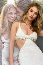 """""""Victoria's Secret""""-Engel hüllen sich nicht in irgendein Gewand: Sexy muss es sein und den Body perfekt in Szene setzen. Ein solches Kleid scheinen die Models in dieser Kreation des Labels Cult Gaia gefunden zu haben."""
