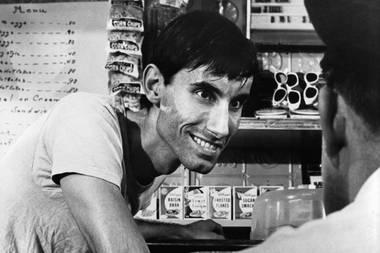 """26. Mai 2020: Anthony James (77 Jahre)  Einer der bekanntesten Bösewichte Hollywoods ist tot: Anthony James stirbt im Alter von 77 Jahren an einer Krebserkrankung. James spielte unter anderem in den Oscar-prämierten Filmen """"In der Hitze der Nacht"""" und """"Erbarmungslos"""" mit, war aber auch in bekannten TV-Serien wie """"Das A-Team"""", """"Bonanza"""", """"Knight Rider"""", """"Raumschiff Enterprise"""" oder """"Eine schrecklich nette Familie"""" zu sehen."""