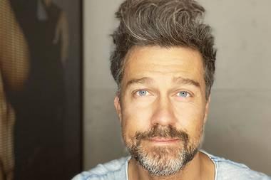Die Quarantäne-Zeit hat sich für Schauspieler Wayne Carpendale als eine sehr haarige Angelegenheit herausgestellt. Mit langem Haupthaar und üppigemBart zeigt er sich noch vor wenigen Wochen auf Instagram. Doch nun musste eine Veränderung her...