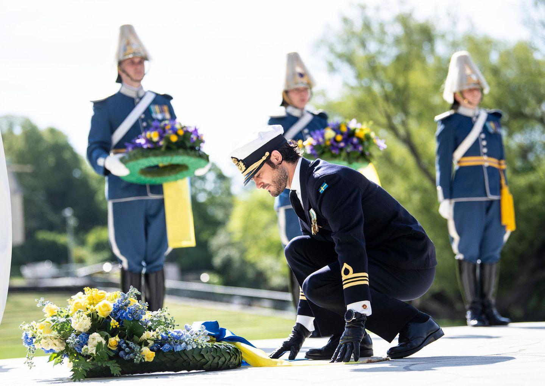 Bei der Gedenkfeier legt Prinz Carl Philip in einer offiziellen Zeremonie einen Kranz am Seehistorischen Museum nieder.