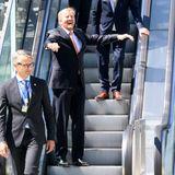 29. Mai 2020  Gut gelaunt nimmtKönig Willem-Alexander bei seinem Besuch des Utrechter Hauptbahnhofes die Rolltreppe - selbstverständlich mit einer royalen Armlänge Abstand.