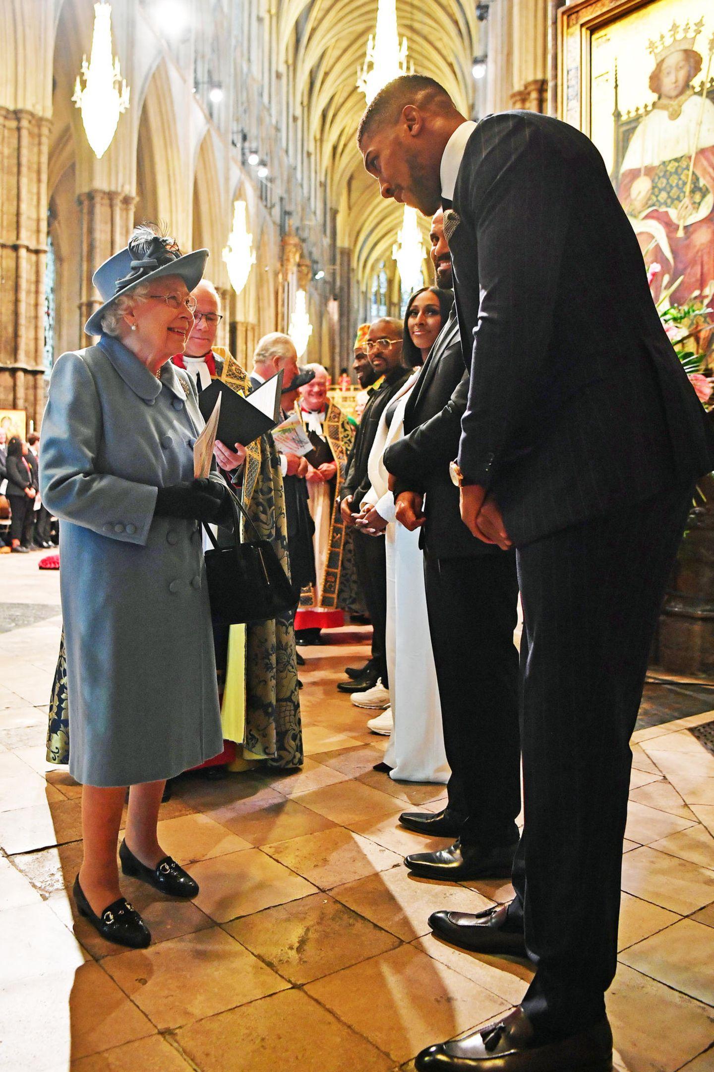 """29. Mai 2020  Stell' dir vor, du triffst die Queen - und trittst ins royale Protokoll-Fettnäpfchen. Das ist dem britischen Boxer Anthony Joshua passiert, der die große Ehre hatte, Queen Elizabeth am 9. März in der Londoner Westminster Abbey zu treffen. Der Zeitung """"The Sun"""" erzählt er jetzt, fast drei Monate später:""""Ich sagte nur 'Hallo' und fragte: 'Wie geht es Ihnen?'Und dann sagte ich:'Ich weiß, dass Sie extrem beschäftigt , also werde ich Sie nicht zu lange aufhalten'.Und ich sagte ihr, dass ihr Kleid wirklich gut zu ihren Augen passt."""" Die Queen zu fragen, wie es ihr geht - da sträuben sich dem Protokollchef die Haare. Persönliche Fragen sind tabu. Der Königin ein Kompliment zu ihrem Aussehen machen - wirklich nett gemeint, aber auch solche Schmeicheleien sollte man tunlichst vermeiden. Ganz schön streng,das royale Protokoll! Das weiß sicher auch die Queen und sieht über kleine Brüche galant hinweg.Joshua betont unterdessen, seine Worte seien nicht """"flirty"""" gemeint gewesen."""