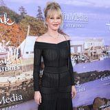 In dem Off-Shoulder-Kleid von Barbara Casasola scheint sich die US-amerikanische Schauspielerin Melanie Griffith pudelwohl zu fühlen. Auch wenn das Kleid im Blitzlichtgewitter etwas durchsichtig erscheint, macht die 62-Jährige darin eine wahnsinnig tolle Figur.