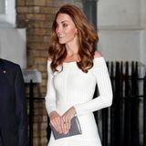 """Das Farb-Trio komplettiert schließlich Herzogin Kate auf der """"Action on Addiction""""-Veranstaltung um Juni 2019.Die weiße Robe trug sie allerdings nicht zum ersten Mal in der Öffentlichkeit. Kate hat ihr Outfit - mal wieder - recycelt. Im Jahr 2016 hatte sie das Kleid bereits bei der """"Art Fund Museum of the Year""""-Preisverleihung an"""