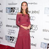 Auch die schwedische Schauspielerin und Tänzerin Alicia Vikander zeigt sich in dem figurbetonten Kleid der Designerin. In einem hübschen Burgunderton erscheint die 31-jährige Oscar-Preisträgerin auf einem Event im Rahmen der Fashion Week in New York.
