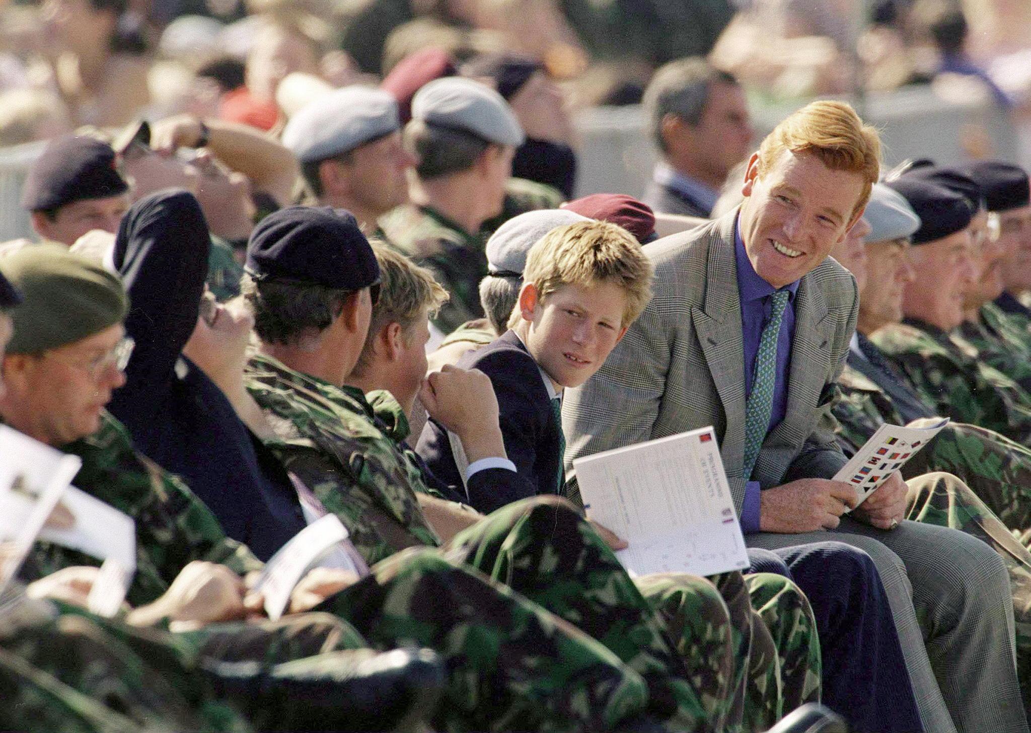 Prinz Harry und Mark Dyer bei einer Militärveranstaltung im September 1999.