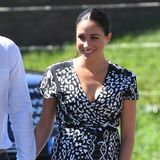 Denn auch Meghan hat sich in der Vergangenheit bereits häufiger in den bequemen Wedgesdes LabelsCastañer gezeigt. So auch bei ihrem Auftritt in Kapstadt zusammen mit Prinz Harry nach ihrer Schwangerschaftspause und der Geburt von Klein-Archie.