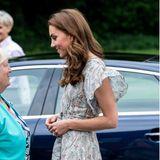 Auch Schwägerin Kate setzt auf die angesagten Schuhe des spanischen Labels. Sie trägt eine beigefarbene Version, die sie mit einem hübschen Kleid in Midi-Länge, Volant-Ärmeln und Taillengürtel kombiniert.