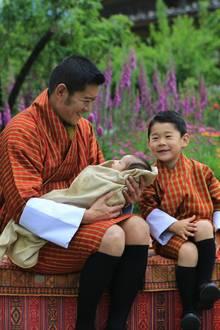 """Auch der vierjähre Prinz Jigme, der als """"Drachenprinz"""" eines Tages in die Fußstapfen seines Papas treten wird,freut sich über die Geburt seines kleinen Brüderchens."""