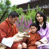1. Juni 2020  Große Freude im Königreich Bhutan! König Jigme Khesar Namgyel Wangchuck und Königin Jetsun Pema sind am 19. März wieder Eltern geworden. Das Paar freut sich über die Geburt eines weiteren Jungen.Der Name wird allerdings traditionell erst einigeWochen später bekannt gegeben. Zum Geburtstag von Königin Jetsun veröffentlicht das Königshaus nun erstmals Fotos, die die Familie mit ihrem kleinen Baby-Prinzen zeigen.