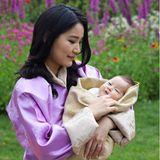 Königin Jetsun feiert am 4. Juni ihren 30. Geburstag. Anlässlich der Feierlichkeiten sind eine Reihe neuer Familienporträts im königlichen Garten entstanden. Mit dieser süßen Aufnahme präsentiert die glückliche Mutter ihren neugeborenenSohn der Öffentlichkeit.
