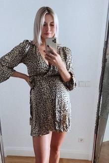 """Die Kugel von Model und Moderatorin Lena Gercke wird immer runder. Mittlerweile ist ihre süße Babykugel so rund, dass ihre Kleider verdächtig kurz werden. So auch das stylischeWickelkleid, welches sie auf ihrem neuesten Instagram-Posting trägt. Dazu schreibt die hübsche Blondine mit einem Lachsmiley: """"Wie konnte dieses Kleid nur so kurz werden?"""""""