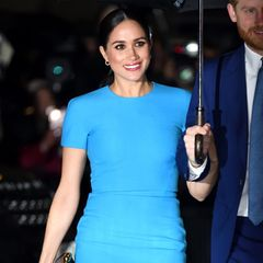 """Herzogin Meghan ist im März 2020bei den """"Endeavour Fund Awards"""" zu Gast. Bei dieser Angelegenheit trägt sie ein Kleid von Victoria Beckham, eine Clutch von Stella McCartney und Heels von Manolo Blahnik - und erinnert damit an einen Look, bei dem auch Lady Diana auf die hübsche Farbe setzte..."""