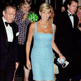 """Zur Gala-Aufführung von""""Schwanensee""""in derRoyal Albert Hall in London, erschien Lady Diana in einem traumhaft schönen Kleid mit U-Boot-Ausschnitt. Der helle Blautton steht der Mutter von Prinz William und Prinz Harry einfach wunderbar."""