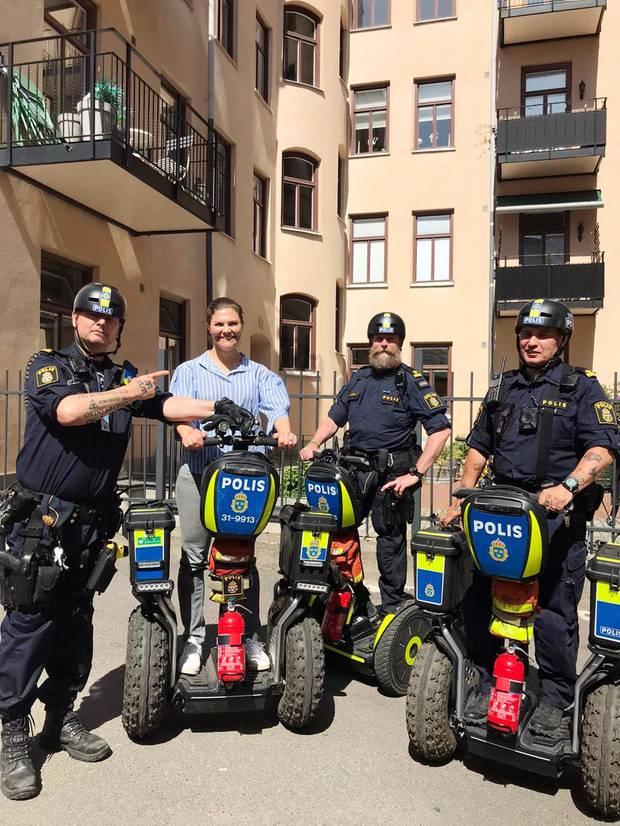 1. Juni 2020  Zusammen mit den durch ihren Podcast bekannten Segway-Polizisten Micke, Peter and Ronny posiert Victoria von Schweden bei schönsten Stockholmer Sonnenschein. Wie sie auf dem Gefährt allerdings eine Runde dreht, bekommen wir leider nicht zu Gesicht.