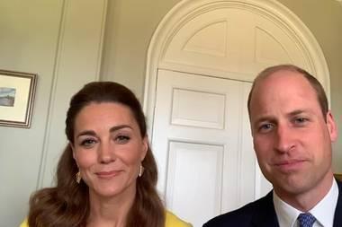 In einer Video-Botschaft zum Ehrentag bedanken sich Herzogin Catherine und Prinz William noch einmal bei den Helfern, die bei der Löschung der verheerenden Waldbrände Anfang des Jahres in Australien mitgewirkt hatten: Von Catherines Style sieht man zwar wenig, aber dennoch lässt sich erkennen, dass sie auf ein Etuikleid in sonnigem Gelb setzt.