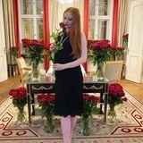 Rote Rosen regnete es für Barbara Meier am ersten Hochzeitstag. Dabei gab sie auch Blick auf ihr wachsendes Baby-Bäuchlein frei.