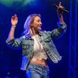 Anna-Carina Woitschack darf endlich wieder auf die Bühne: Bei einem Auto-Konzert performt sie nicht nur ihre besten Songs, sondern zeigt auch ihren Mega-Body im sexy-lässigen Look. Ihr knappes Häkeltop kombiniert sie zum Jeanslook aus heller Jacke und passender Hose.