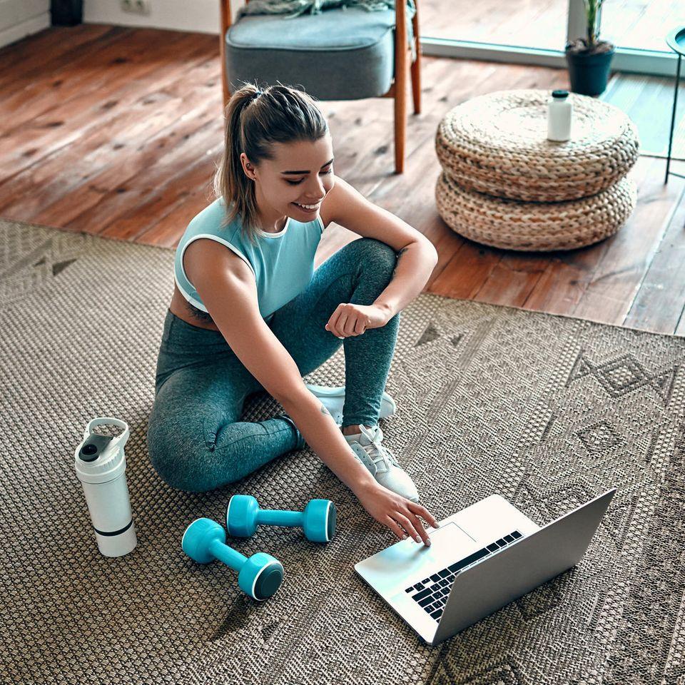 Bauch-Beine-Po-Übungen lassen sich auch ideal in den eigenen vier Wänden durchführen.