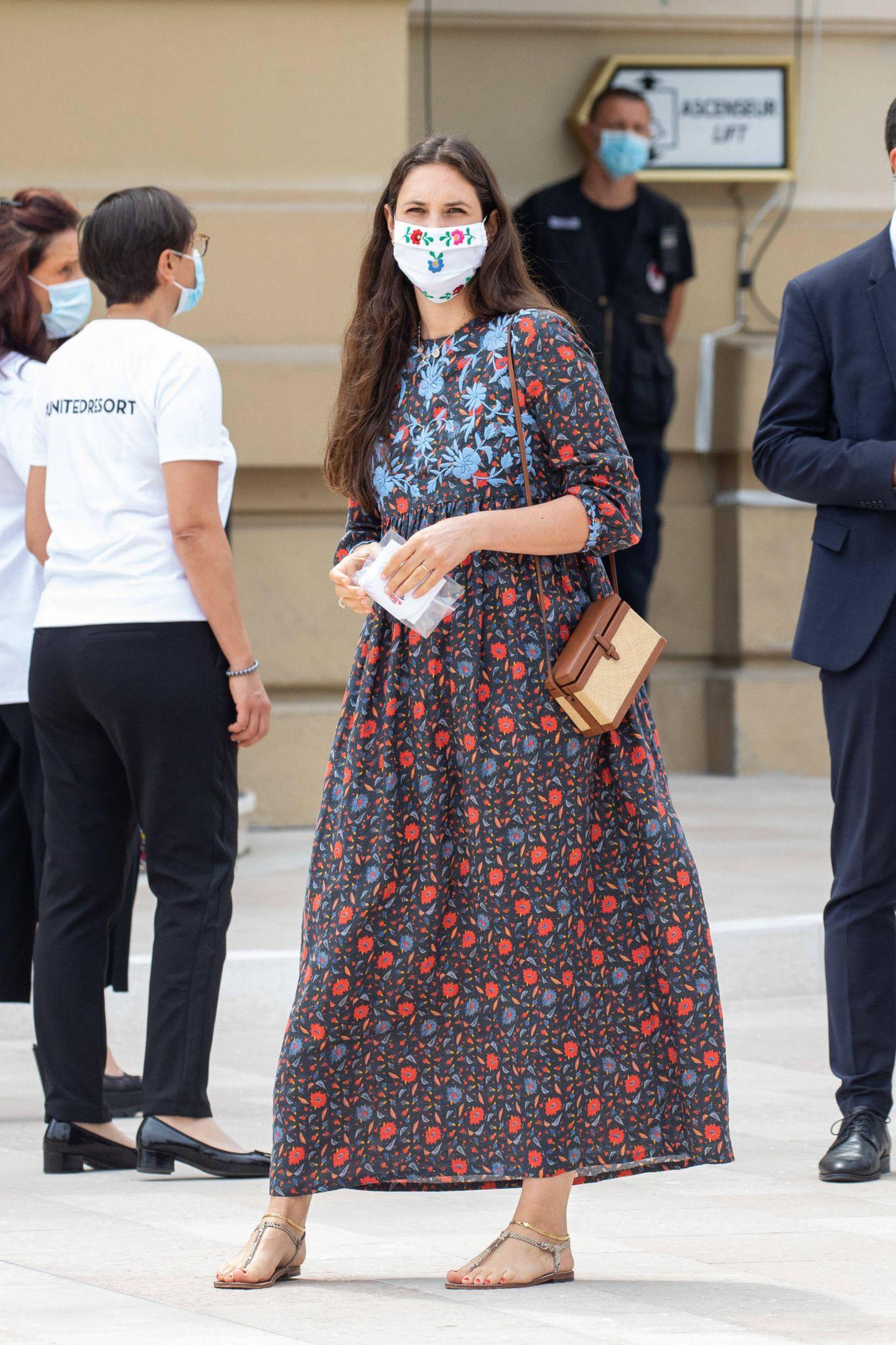 """Auch Tatiana Santo Domingo trägt ein Kleid ihres eigenen Labels """"Muzungu Sisters"""". Das Leinen-Dress wurde von Frauen in Indien bestickt und ist perfekt für einen lauen Sommertag wie diesen. Dazu trägt sie Sandalen und einen Mundschutz, der ebenfalls mit Blumen bestickt ist."""