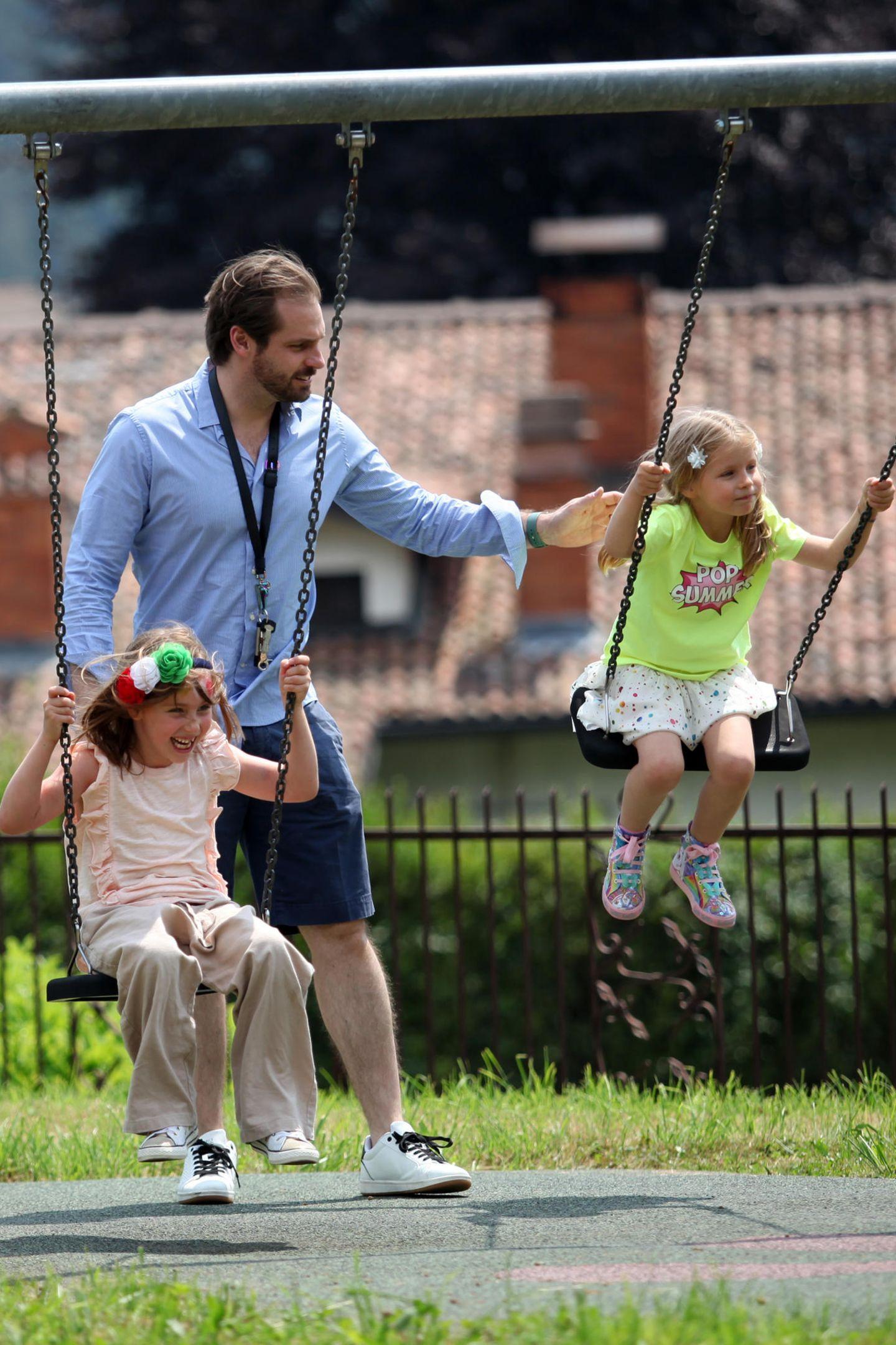 Während Michelle ein Auge auf ihre drei Hunde hat, haben ihre Mädels Celeste und Sole Spaß mit Papa Tomaso beim Schaukeln.