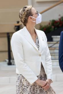 Charlène, die man zum letzten Mal vor zwei Monaten in der Öffentlichkeit gesehen hat, trägt eine coole neue Flechtfrisur, die nicht nur wunderschön sondern auch praktisch ist. Das laue Lüftchen weht ihr so die Haare nicht ins Gesicht... Außerdem kommt die schicke Sonnenbrille noch besser zur Geltung.