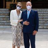 Dazu kombiniert sie einen hellen Blazer und hellgraue Pumps. Zärtlich schmiegt sie sich für ein Foto an ihren Ehemann, der die Coronavirus-Erkrankung aus dem März glücklicherweise gut überstanden zu haben scheint.