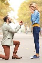 Mann stellt einen Antrag