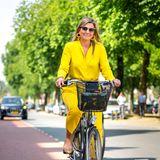 2. Juni 2020  Im strahlenden Sonnen-Look schwingt sichKönigin Máxima auf das Fahrrad, um das Kunstmuseum nach seiner Wiedereröffnung aufgrund der Coronapandemie im niederländischen Den Haag zu besuchen.