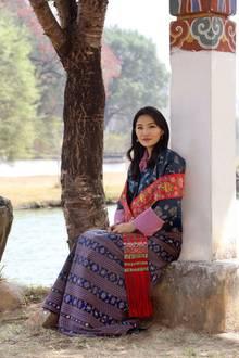 """4. Juni 2020  Königin Jetsun Pema von Bhutan feiert heute ihren 30. Geburtstag. Zu diesem runden Anlass veröffentlicht das Königshaus ein wunderschönes Foto der eleganten """"Drachenkönigin"""", das im Lingkana Palast in Thimphu aufgenommen wurde."""