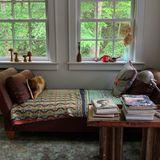 Das Haus ist seit 2007 im Besitz des dänischen Supermodels und wurde liebevoll von ihr hergerichtet. Second-Hand-Möbiliar, bunte Farben, gemütliche Lese-Ecken. Hier kann sie sich entspannen.