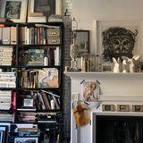 Neben dem Kamin steht ein bis oben prall gefülltes Bücherregal. Helena liebt es, Vintage-Stores in New York zu durchstöbern.