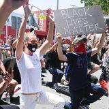 """3. Juni 2020  """"Grey's Anatomy""""-Star Ellen Pompeo kniet zusammen mit anderen Demonstranten als Zeichen der Solidarität im vereinten Kampf gegen Rassismus bei Protesten in Los Angeles nieder."""