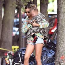 Buggy, Baby und Handtasche scheinen etwas zu viel zu sein:Irina Shayk und Töchterchen Lea machen einen Spaziergang durch New York. Unter ihrem langen karierten Hemd, das etwas hochrutscht, trägt das Model zum Glück eine knappeJeans-Shorts und macht eine tolle Figur. Auch die kleine Lea zeigt sich super stylisch in Leo-Kleid und mit roten Sandalen.